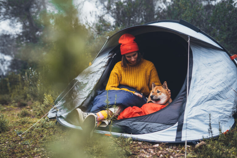 Frau mit Hund im Zelt